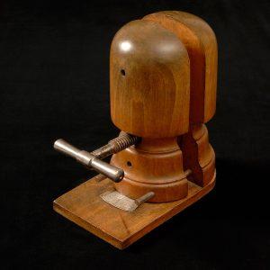 Ancienne forme à chapeaux en bois